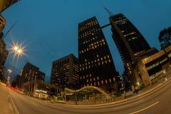 低角度fisheye公司大厦在paulista大道-巴西的晚上 免版税图库摄影