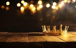 低调女王/王后/国王冠在木桌 被过滤的葡萄酒 幻想中世纪期间 免版税库存照片