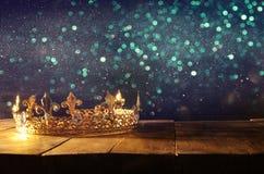 低调美丽的女王/王后/国王冠在木桌 被过滤的葡萄酒 幻想中世纪期间 库存照片