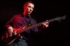 低音吉它音乐家纵向 免版税库存照片