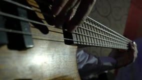 低音吉他夸大与手指的球员关闭低音 股票录像