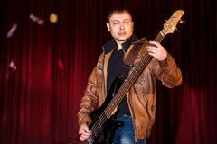 低音吉他弹奏者 免版税库存图片