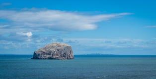 低音岩石,从Tantallon城堡的看法 免版税库存图片