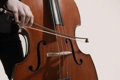 低音提琴球员最低音弓 库存图片