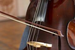 低音提琴 与弓乐器的低音提琴 特写镜头大提琴 免版税库存图片