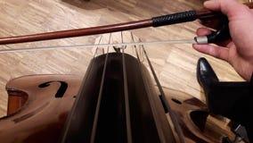 低音提琴球员弓法 库存照片