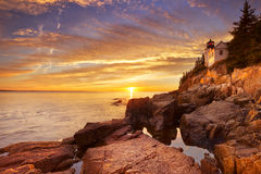 低音港口头灯塔,阿卡迪亚NP,缅因,日落的美国 图库摄影