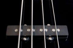 低音黑色吉他装货紧张的字符串 库存图片