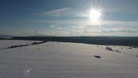 低飞行和起飞在雪原上在冬天,空中全景 影视素材