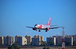 低Jet2航行器着陆在阿利坎特机场 免版税库存图片