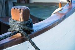 系住在一条老风船的甲板的结 免版税库存照片