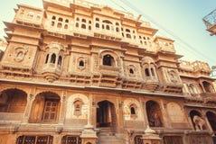 住在伟大的印地安房子的人们与被雕刻的墙壁、阳台和石头曲拱 免版税库存图片