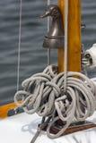 系住在关闭的一条游艇,细节 免版税库存照片