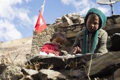 住在喜马拉雅山Manang村庄,尼泊尔, 2017年11月的尼泊尔的孩子,社论 库存图片