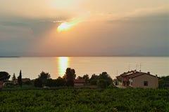 住在意大利的湖边与在水的日落反射 库存照片