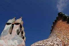 住处Batllo,巴塞罗那,西班牙:2006年4月12日:在屋顶的Oranaments 库存照片