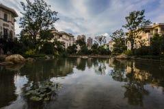 住宅区池塘 免版税库存照片