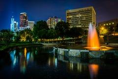 住宅区的地平线和一个喷泉在马歇尔在晚上停放,  图库摄影