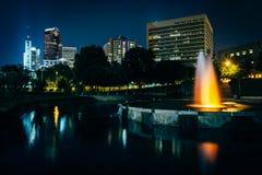 住宅区的地平线和一个喷泉在马歇尔在晚上停放,  免版税图库摄影