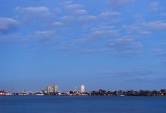 住宅和工业都市风景和浩大的cloudscape看在 免版税图库摄影