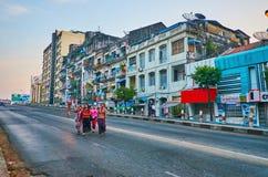 住宅处所在街市的仰光,缅甸 库存图片