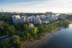 住宅复合体在日落的公园 库存照片