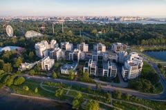 住宅复合体在日落的公园 免版税库存图片