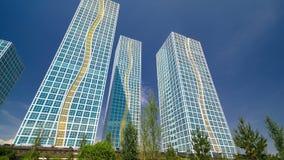 住宅复合体现代塔在伊希姆河timelapse hyperlapse附近的在阿斯塔纳 股票录像