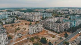 住宅多层的大厦鸟瞰图在城市 股票视频