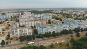 住宅多层的大厦鸟瞰图在城市 股票录像
