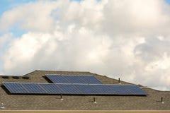 住宅家庭屋顶太阳电池板 免版税库存图片