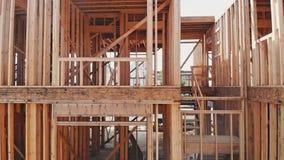 住宅家庭建造场所构筑了紧密新的家庭建筑的宽射击有一些被构筑的墙壁的 股票视频
