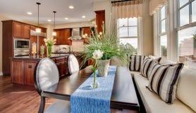 住宅家庭用餐的角落表和厨房 库存照片