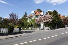住宅房子和豪华的植被 免版税库存照片