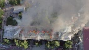 住宅房子的屋顶烧 消防队员熄灭在住宅高层的屋顶的火 股票录像