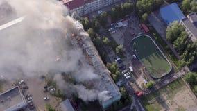 住宅房子的屋顶烧 消防队员熄灭在住宅高层的屋顶的火 影视素材