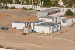 住宅拖车-客舱和一个变压器分站建造场所的 库存照片