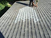 住宅木瓦屋顶泄漏修理;盖屋顶的人 免版税库存照片