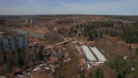 住宅树木繁茂区的一张鸟瞰图在一明亮的天 股票视频