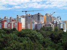 住宅现代公寓、绿色森林和蓝天 免版税库存图片