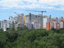 住宅现代公寓、绿色森林和蓝天 免版税图库摄影