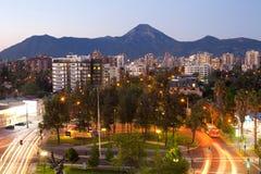住宅邻里和Manquehue小山在后面在Las Condes富裕的区在圣地亚哥de智利 图库摄影