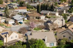 住宅邻里鸟瞰图在圣何塞,南旧金山湾,加利福尼亚 免版税库存照片
