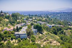 住宅邻里鸟瞰图在小山顶部的 免版税图库摄影