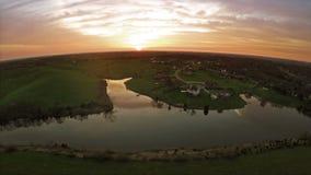 住宅细分和一个农场由一个湖在中央肯塔基日落的 股票录像