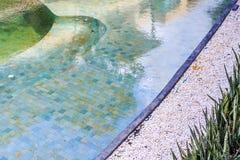 住宅inground游泳池在后院 免版税库存照片