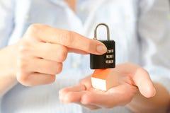 住家安全或保险的概念与暗号锁在一个微型房子的屋顶 免版税图库摄影