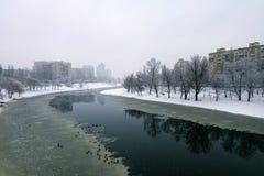住房地区和渠道在冰 在Dnieper的右岸一个典型的住宅ï ¿ ½ sleepingï ¿ ½区在基辅 免版税库存图片