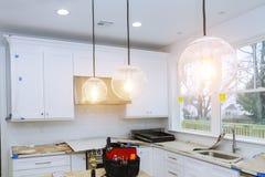 住所改善厨房改造worm& x27; 在新的厨房安装的s视图 免版税库存照片