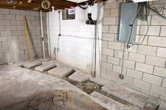 住所改善地下室改造,测量深度 免版税库存照片